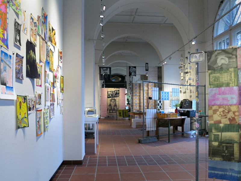 Blick in die Tiefe des Galerieraums.