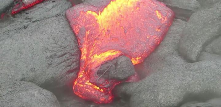 Lava tritt aus dem Gestein