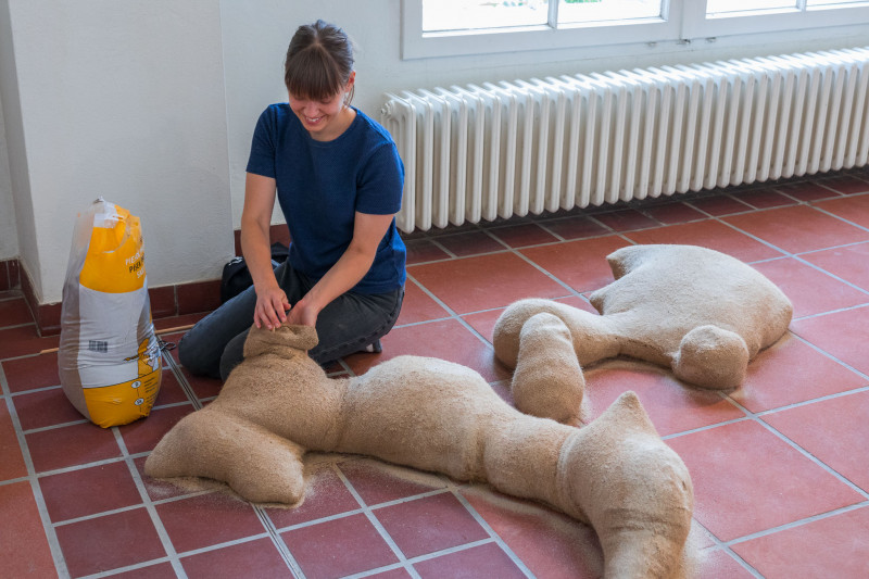 Die Künstlerin Niina Tervo befüllt ihre Skulpturen mit Sand.