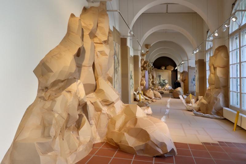 Felsen aus Pappe ragen vom Boden bis hoch an die Wand