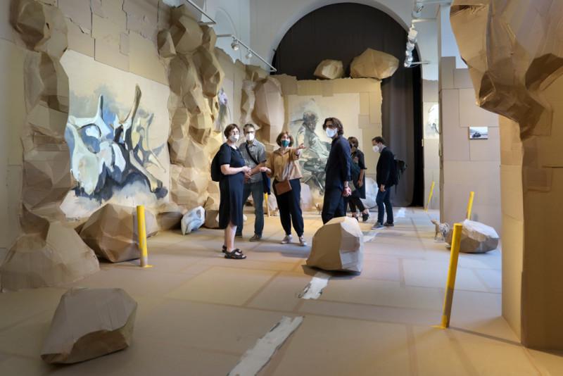 die Künstlerinnen führen Besucher durch die Ausstellung