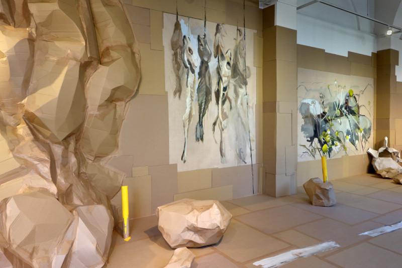 große Malerein mit Fischgräten und Blumen an der Wand