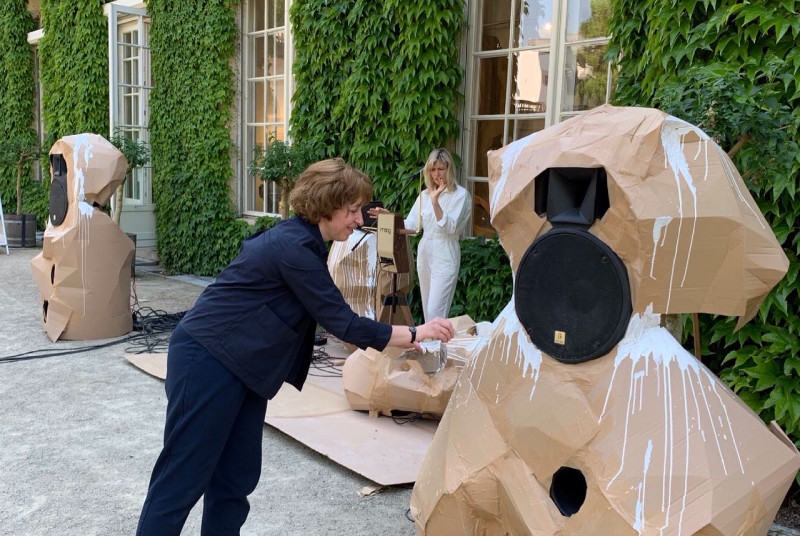 Die Künstlerin bemalt die Pappe, die um die Lautsprecher gebaut wurden