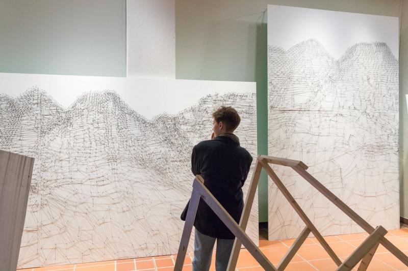Eine Besucherin betrachtet die Arbeit von Angela Lubič.