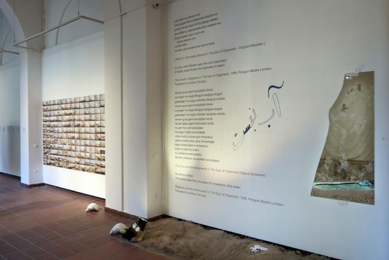 Eine Fotoarbeit von Sinem Disli und eine Installation von Ayat Najafi