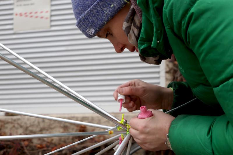 Detailaufnahme der Künstlerin beim Lackieren ihres Werkes