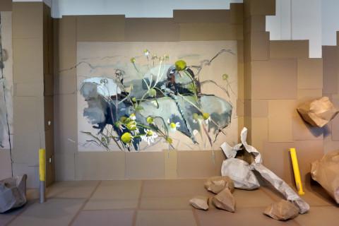Ausstellungsansicht der mit karton ausgelegten Ausstellungsfläche